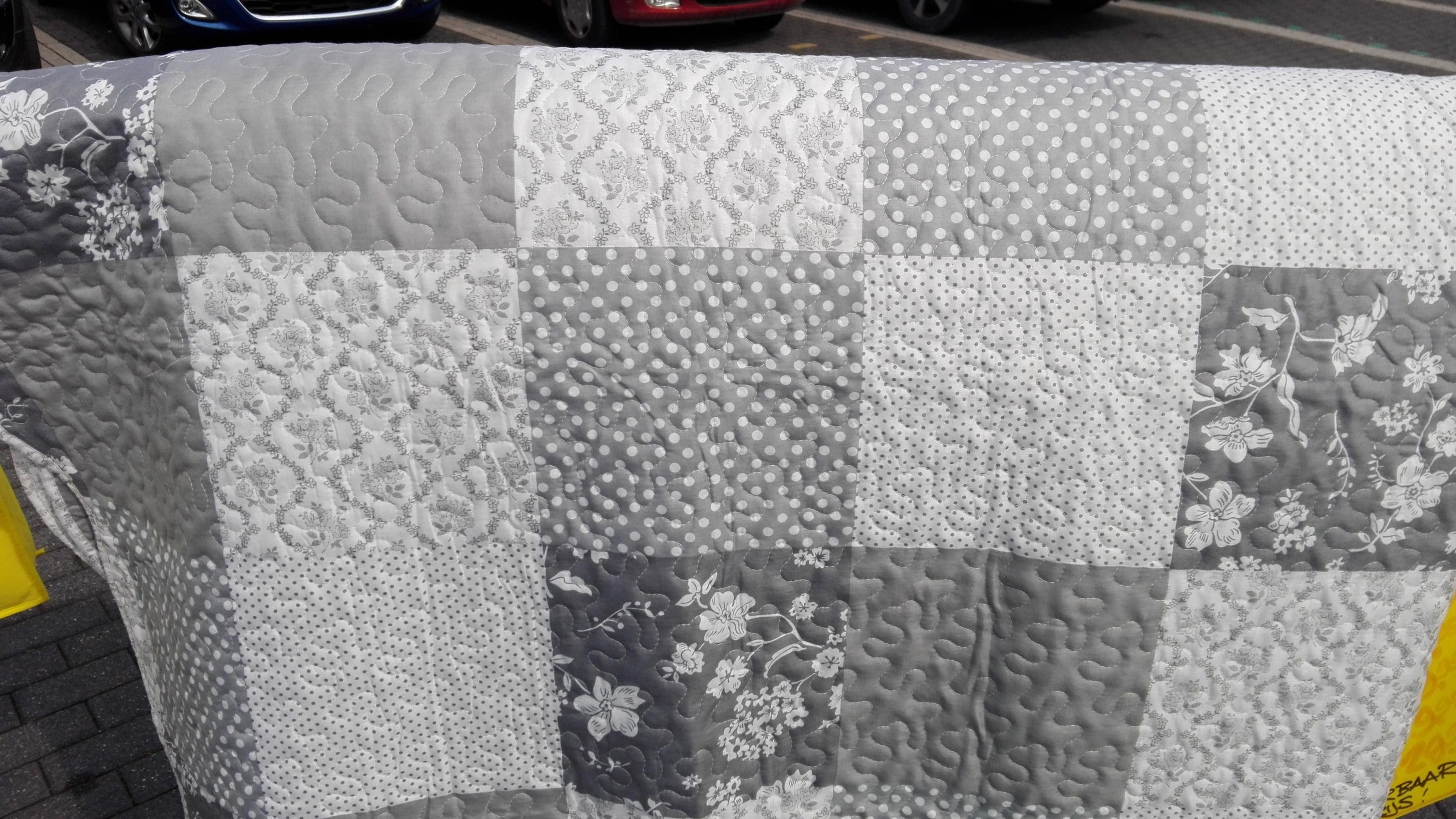 Trendy sprei plaid. Sprei Ives met grijs blok dessin en een bloem barokken  achterkant. 304294a704c